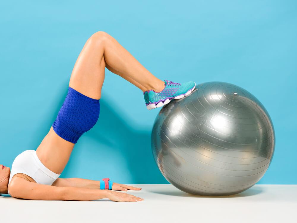 ασκήσεις με μπάλα hamstring curl